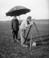 Munkaszolgálatos földmérő 1944-ben a Ferihegyi repülőtéren