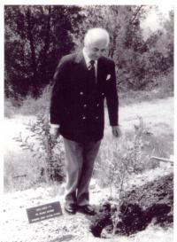 Helmut Bittner az emlékfája mellett