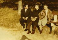 Ónódy Lajos (bal oldalon) Ungárékkal